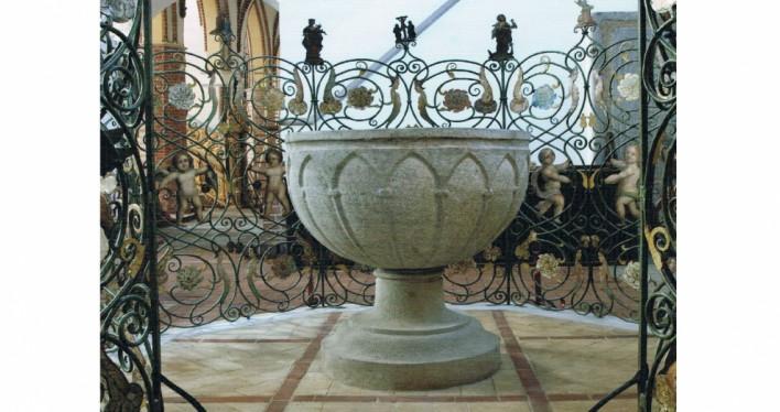 Kamienna chrzcielnica z XIV w - Kamień Pomorski